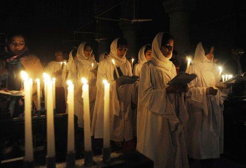 """Fehérbe öltözött lányok a karácsonyi """"fehér istentiszteleten"""""""